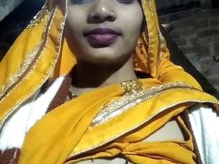 Bhabhi Shows Boobs